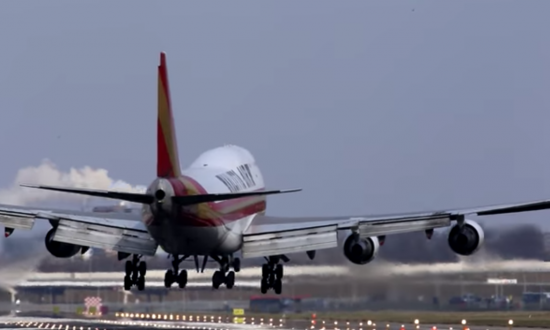 Plane hit by strong winds when trying to land—watch what the pilot does