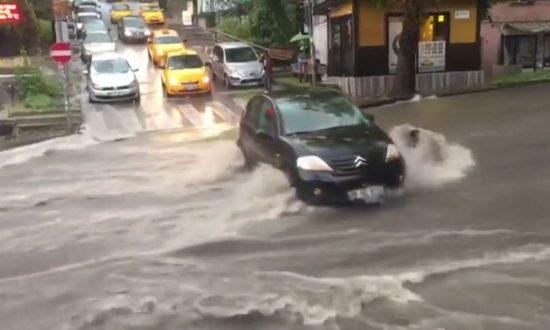 Flash Floods Leave Bus Passengers Stranded in Ankara
